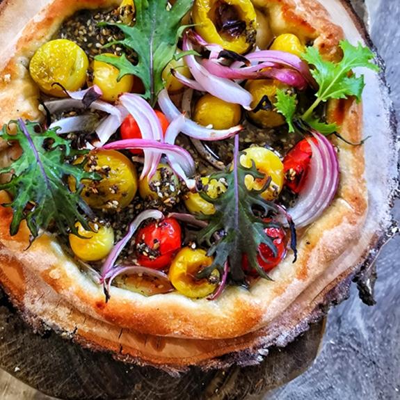 Pizza aux petites tomates anciennes bios multicolores